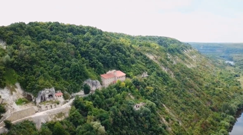 Лядівський скельний монастир